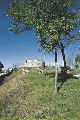Il castello e i suoi resti.