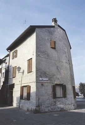 L'unica torre superstite,trasformata in abitazione,sita in Campiello della Torre,angolo piazza XXVI Maggio.