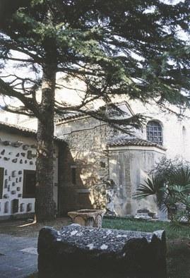 Il lapidario, nel cortiletto della Basilica.