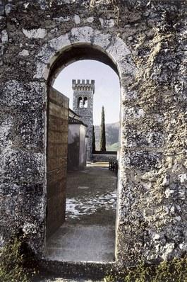 La torre vista da una porta delle mura esterne.