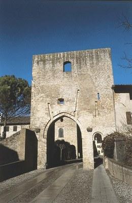 La torre sud dall'esterno del borgo.