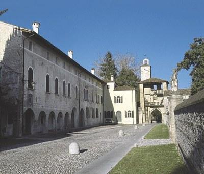 Veduta d'insieme della torre scudata e della cappella gentilizia.