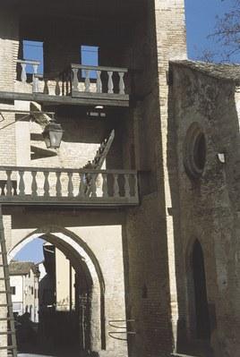 Dettaglio della torre portaia.