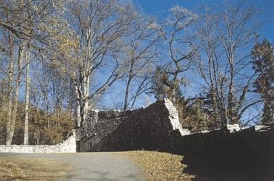 Resti della cinta esterna del castello.