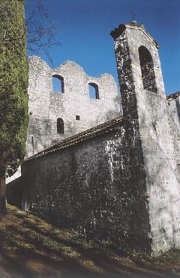 I resti del castello con la chiesetta di San Giacomo.