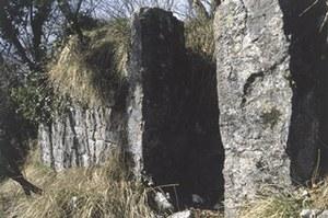 Veduta dei resti murari del castello di Mizza.
