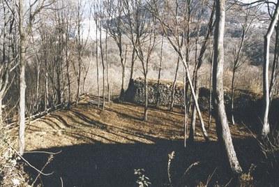 Panoramica e inizio del sentiero verso i ruderi in cima al colle.