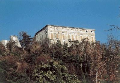 Il castello visto dal borgo.