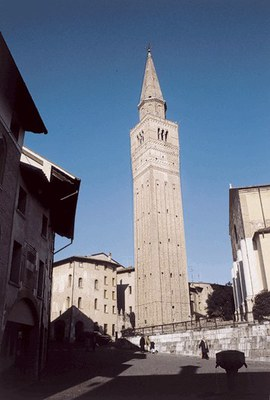 Il campanile di San Marco (secolo XIV) in stile romanico, con all'interno pregevoli affreschi secenteschi.