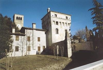 Vista d'insieme con la torre portaia.