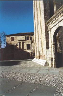 Particolare del complesso edilizio con la torre campanaria.