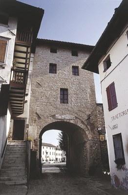 Torre d'ingresso alla piazzetta del castello.