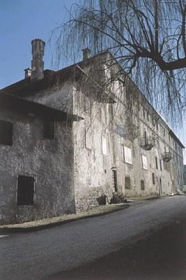 La facciata principale del castello.
