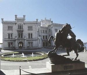 Vista del palazzo dal parco del castello.