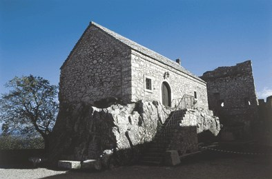 L'antico Municipio medievale, fondato sulla viva roccia.