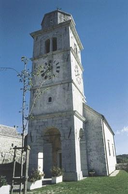Particolare della chiesa con il campanile.