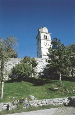 Vista del campanile con la cinta fortificata.