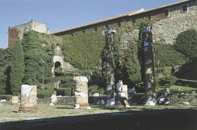 Mura esterne del castello e resti del foro romano.