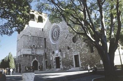 La facciata di San Giusto con la torrre campanaria del 1337.