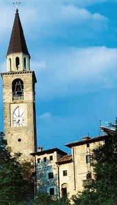 La torre dell'orologio vista con il castello