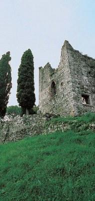 Veduta dei resti del castello di Brazzacco Superiore
