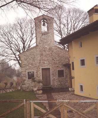 Facciata della chiesetta di S. Andrea e case del recinto castellano, ora restaurate