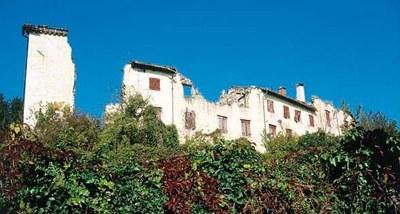 Particolare del castello rovinato dai sismi del 1976