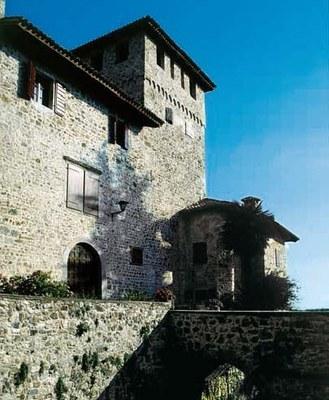 Dettaglio dell'ingresso del castello con ponte in muratura.