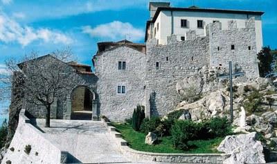 Vista di uno degli ingressi al santuario di Castelmonte.