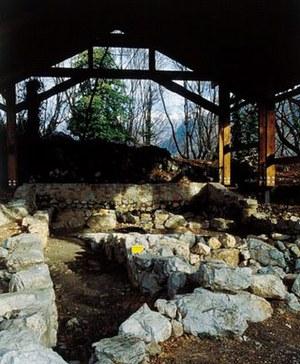 Scavi di Castelraimondo,resti archeologici di casa del IV secolo a.C.,con struttura odierna di protezione.