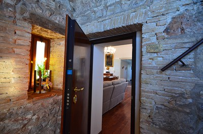 Entrata al piano nobile del Castello di Aiello.JPG