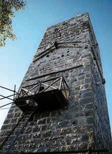 La torre di Cucagna in fase di resturo.