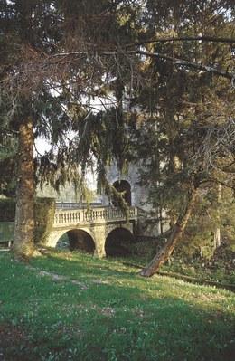 Il ponticello d'ingresso al complesso castellano.