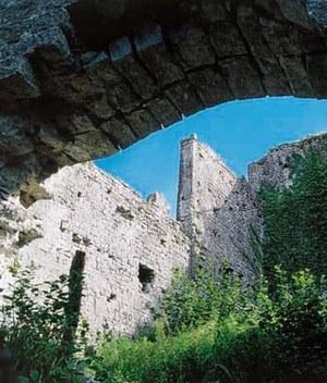 Dettaglio delle strutture murarie di Gronumbergo viste dalla porta d'accesso.