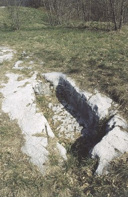 Secondo alcune versioni questi sono i resti dell'antico castello, in centro al paese.