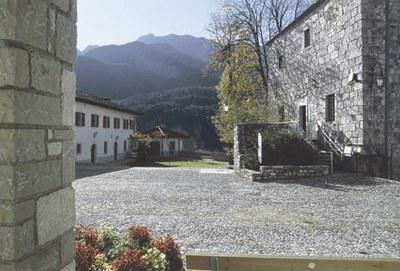 """La piazzetta dell'abbazia con la """"torre delle prigioni"""" (secoli XI-XVIII-XIX)."""