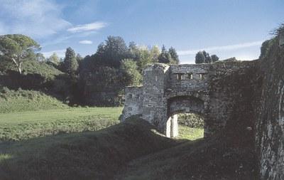 Resti di fortificazioni esterne alla cinta muraria.