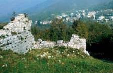Montenars, resti del castello di Ravistagno.