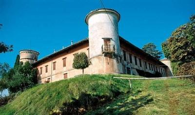 Il complesso castellano di Rocca Bernarda nel suo insieme.