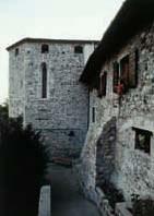 Particolare del percorso esterno alle mura, con antica torre poligonale