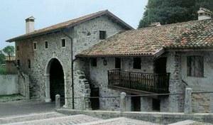 Il borgo con il portone d'ingresso.