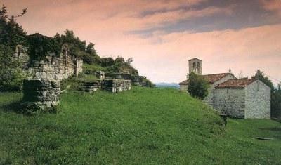 Vista d'insieme dei resti del castello e della chiesetta di San Rocco.
