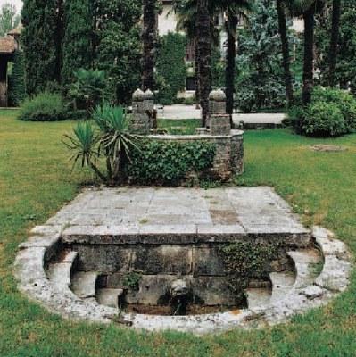 Particolare della fontana e del pozzo