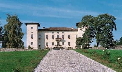 Veduta del castello dal viale d'ingresso.