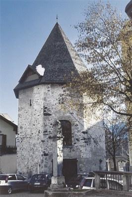 La torre poligonale, superstite dell'antico fortilizio.