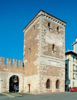 Torre di Porta Aquileja (1440), quinto recinto di mura.