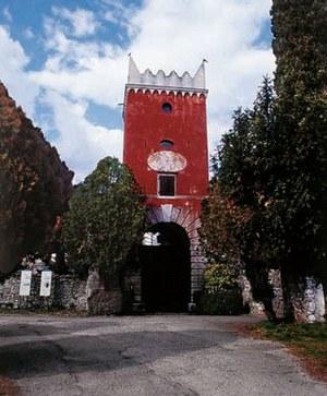 Villafredda, torre portaia del secolo XVII.