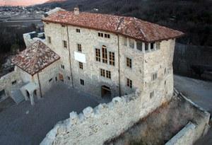 Fondato nel 1025, distrutto dal sisma del 1976,  ora in parte ricostruito