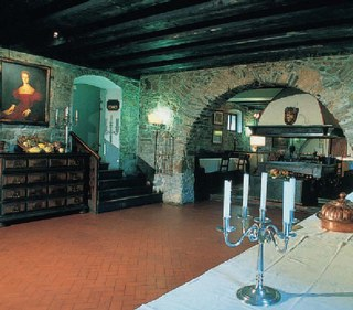 Le antiche cantine del castello ora adibite a sala